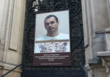 Портрет Сенцова на здании мэрии 10-го округа Парижа