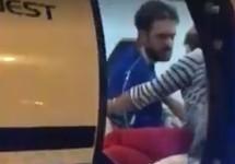 Петр Верзилов в самолете перед отправкой в Берлин. Кадр видео Надежды Толоконниковой