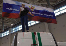 Активистка «Другой России» вскрыла вены на выставке полицейской техники