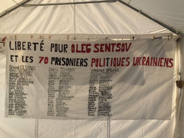 В Париже у российского посольства совершено нападение на палатку защитников Сенцова