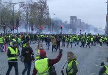 Париж: протестующие возводят баррикады на Елисейских полях