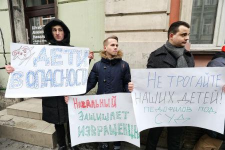 В Петербурге на здании штаба Навального написали «штаб педофилов»