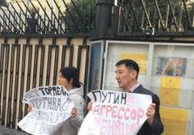 Бишкек: активистам Карымшаковым грозит срок за антипутинский пикет
