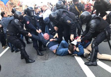 Петербург: полиция жестко разгоняет согласованное шествие за свободные выборы