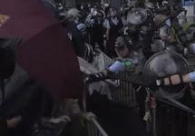 Гонконг: многотысячные протесты переросли в столкновения
